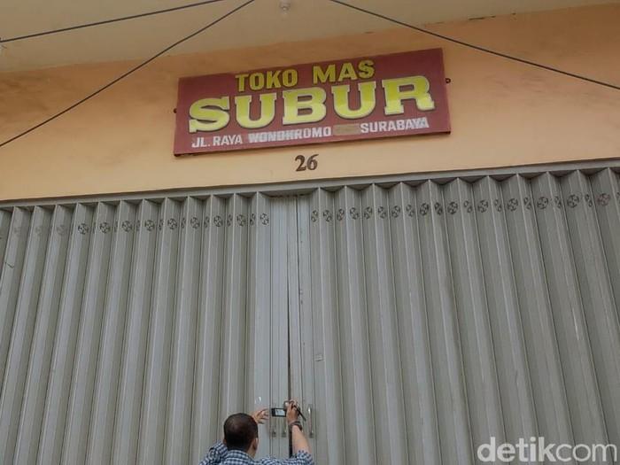 Toko emas Subur di Jalan Wonokromo No 26 Surabaya disinggahi dua perampok. Salah seorang pegawai mengalami luka-luka.