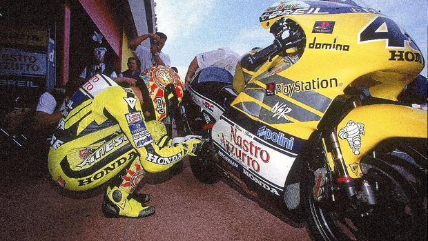 28 May 2000:  Valentino Rossi makes last minute adjustments to his Honda before the Italian Motorcycle 500cc Grand Prix at Mugello in Italy.  Mandatory Credit: Michael Cooper /Allsport