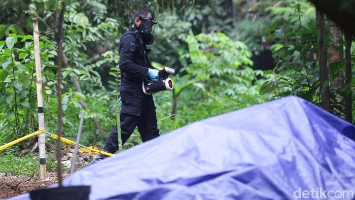 Tim Teknisi Kimia, Biologi, Radioaktif (KBR) dari Korps Brimob Polri diterjunkan ke lokasi yang terpapar radioaktif di Perumahan Batan Indah, Tangerang Selatan (15/2/2020). Tim KBR mengecek di titik paparan radioaktif.