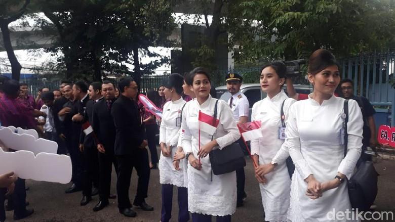 Pramugari Batik Air setelah misi kemanusiaan memulangkan WNI dari Wuhan tiba di Jakarta, Sabtu (15/2/2020).