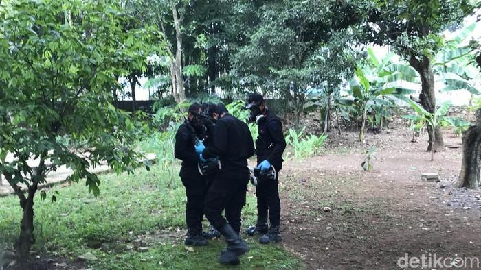 Tim Teknisi Kimia, Biologi, Radioaktif (KBR) dari Korps Brimob Polri diterjunkan ke lokasi terpaparnya radioaktif di Batan Indah. (Foto: Rolando/detikcom)