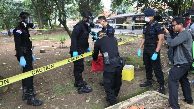Tim KBR Brimob Ambil Sampel Tanah Terpapar Radioaktif di Batan Indah