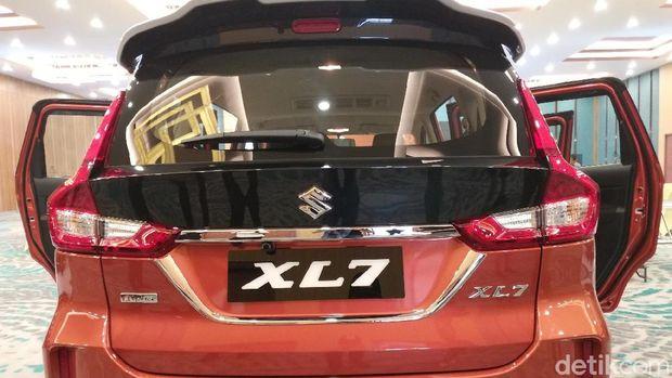 Suzuki XL7 tampak belakang