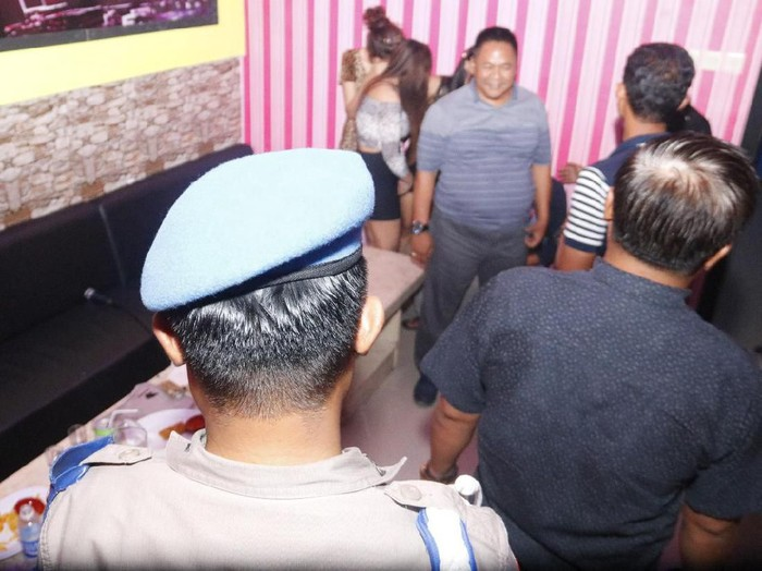 Polisi Ngawi menggelar razia Hari Valentine dengan sasaran penginapan. Dalam razia Jumat (14/2) malam hingga Sabtu (15/2) dini hari, polisi menciduk pasangan bugil di hotel.