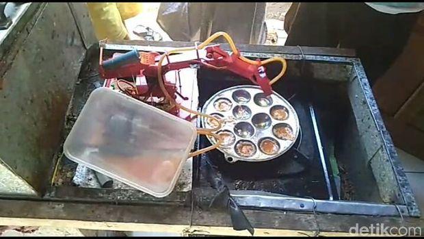 Tampilan robot pembuat telur dadar mini buatan Agung