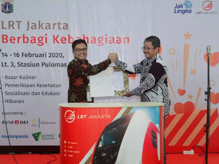 Direktur Kredit UMK & Usaha Syariah Bank DKI, Babay Parid Wazdi (kiri) berfoto bersama Direktur Utama LRT Jakarta, Wijanarko usai melakukan penandatanganan Kesepakatan Bersama tentang Sinergi dan Pengembangan Bisnis antara PT Bank DKI & LRT Jakarta di Stasiun LRT Pulomas, Jakarta. Foto: dok. LRT Jakarta