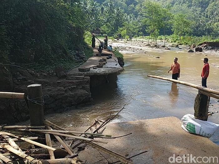 Jembatan penghubung antardusun di Desa Karangrejo, Arjosari, Pacitan putus. Akibatnya, 48 kepala keluarga di Dusun Trobakal terisolir.