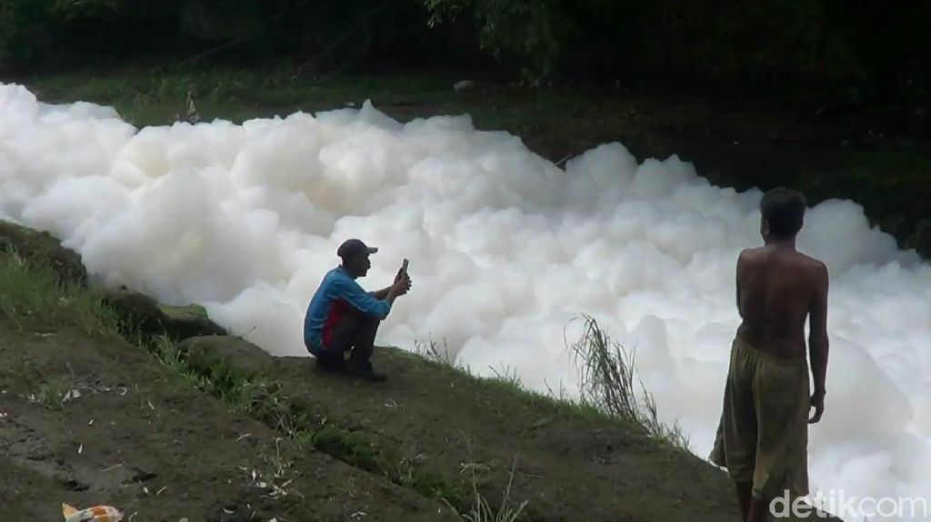 Busa Bak Awan Penuhi Sungai di Pasuruan, DLH Sebut Hanya Deterjen
