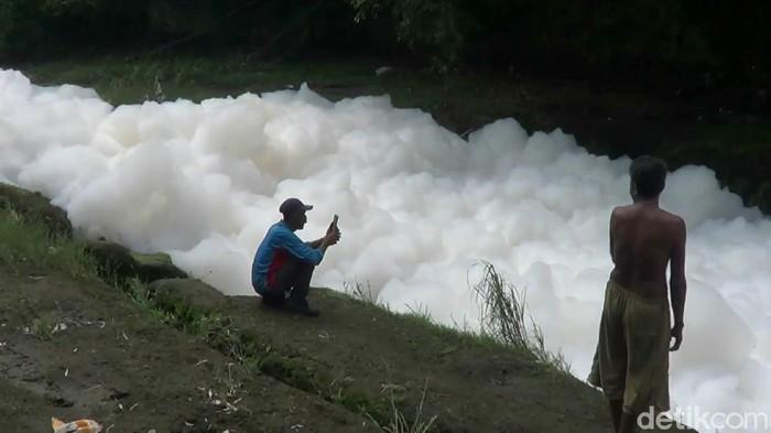 Busa bak awan memenuhi Sungai Welang di Desa Wrati dan Pacarkeling, Kecamatan Kejayan, Kabupaten Pasuruan. Penyebabnya masih menjadi teka-teki.