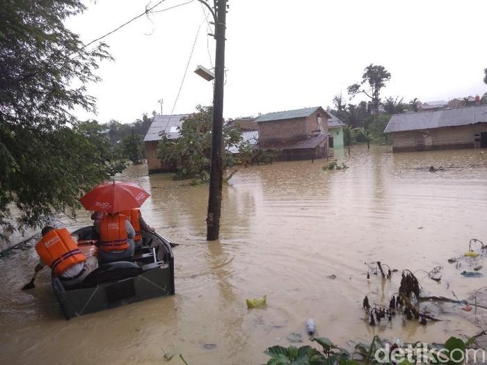 Sungai Babura di Medan meluap mengakibatkan puluhan rumah tergenang banjir (Datuk Haris Molana/detikcom)