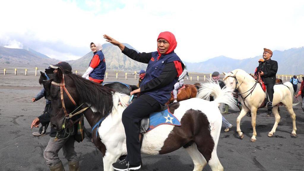 Khofifah Ajak Warga Tengger Berdialog Sambil Berkuda di Lautan Pasir
