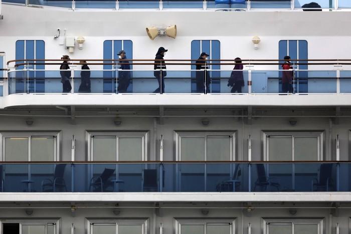 Kapal pesiar Diamond Princess masih dikarantina di Jepang akibat wabah virus corona. Yuk lihat aktivitas para penumpang kapal pesiar tersebut.
