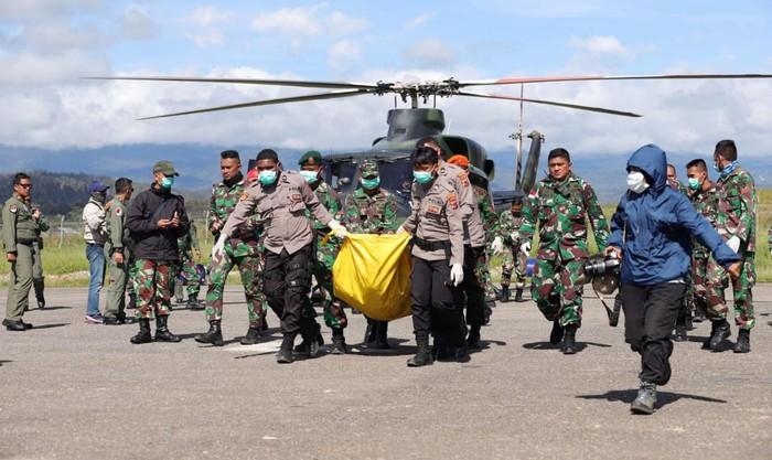 TNI telah akhirnya berhasil mengevakuasi 12 jenazah korban kecelakaan helikopter MI-17 di Pegunungan Mandala, Oksibil, Papua. Ke-12 jenazah saat ini sudah dibawa ke Jayapura.