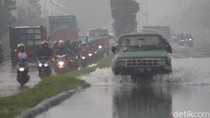 Jalan Raya Porong Lama Tergenang, Pengendara Motor Pilih Lawan Arus