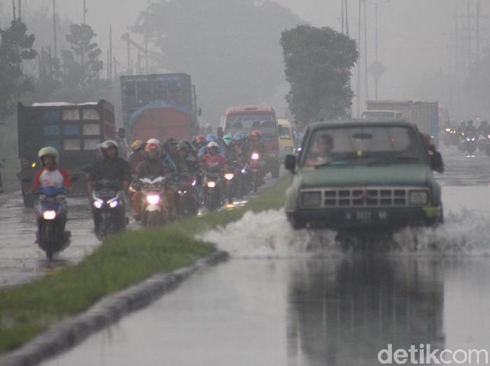 Hujan deras yang mengguyur Sidoarjo dan sekitarnya pada Jumat (14/2) malam. Akibatnya, Jalan Raya Porong Lama khususnya dari arah Malang ke Surabaya digenangi air.