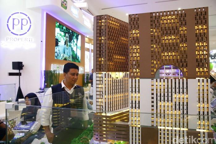 Pengunjung melihat stand PP Properti pada ajang Indonesia Property Expo (IPEX) 2020 di Hall A Jakarta Convention Center (JCC), Senayan, Sabtu (15/2/2020). Dengan mengusung tema