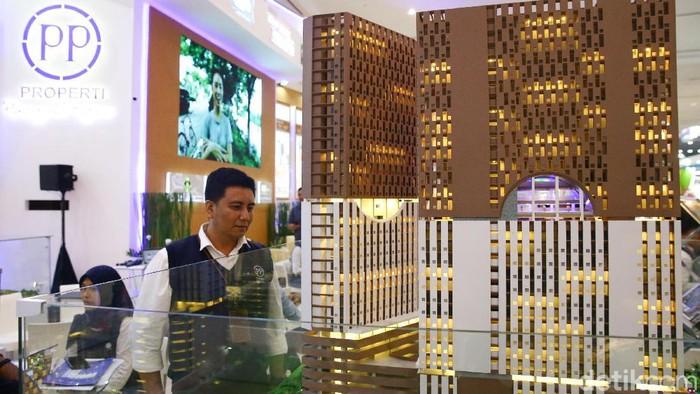 Pengunjung melihat stand PP Properti pada ajang Indonesia Property Expo (IPEX) 2020 di Hall A Jakarta Convention Center (JCC), Senayan, Sabtu (15/2/2020). Dengan mengusung tema The 8iggest Property Collection in Education Cities, PP Properti menghadirkan 8 apartemen yang memiliki nilai jual cukup tinggi lantaran berada dekat dengan fasilitas pendidikan seperti sekolah dan universitas.