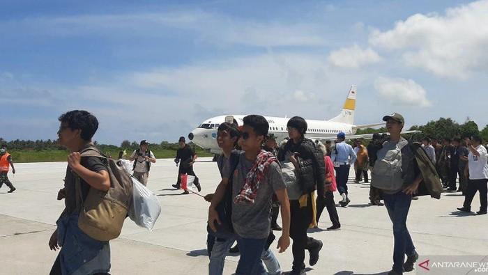 WNI yang diobservasi di Natuna berjalan ke pesawat untuk terbang ke Jakarta untuk kembali ke daerah masing-masing, Natuna, Kepri, Sabtu (15/2/2020) (ANTARA/Prisca Triferna)