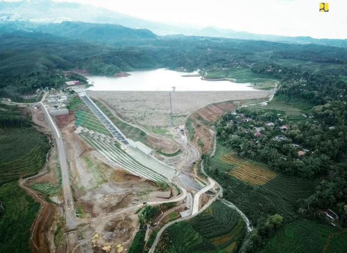 Proses pengisian air (impounding) Bendungan Gondang di Kecamatan Ngargoyoso, Kabupaten Karanganyar, Jawa Tengah telah mencapai 100 % atau memenuhi kapasitas tampung 9,15 juta m3.