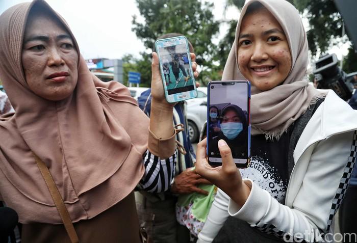 Sejumlah orang tua dari WNI yang telah menjalani masa observasi di Natuna, Kepulauan Riau (Kepri), mendatangi Bandara Halim Perdanakusuma, Jakarta, Sabtu (15/2/2020). Pihak keluarga menyambut bahagia kedatangan anak mereka.