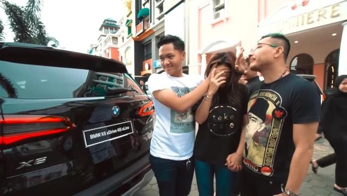 Anang dan Ashanty dapat kado mobil BMW dari Aurel dan Azriel