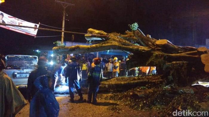 Proses evakuasi mobil yang tertimpa pohon tumbang di Desa Terong, Kecamatan Dlingo, Bantul, Jumat (14/2/2020).