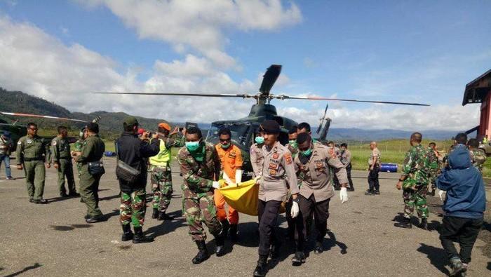 Evakuasi penumpang dan awak helikopter Mi-17 di bandara Oksibil, Sabtu (15/2). (ANTARA/HO/Pendam XVII Cenderawasih)