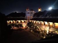 Pemandangan saat malam di Lawang Sewu juga ciamik lho untuk difoto. (Graece Tanus/dTraveler)