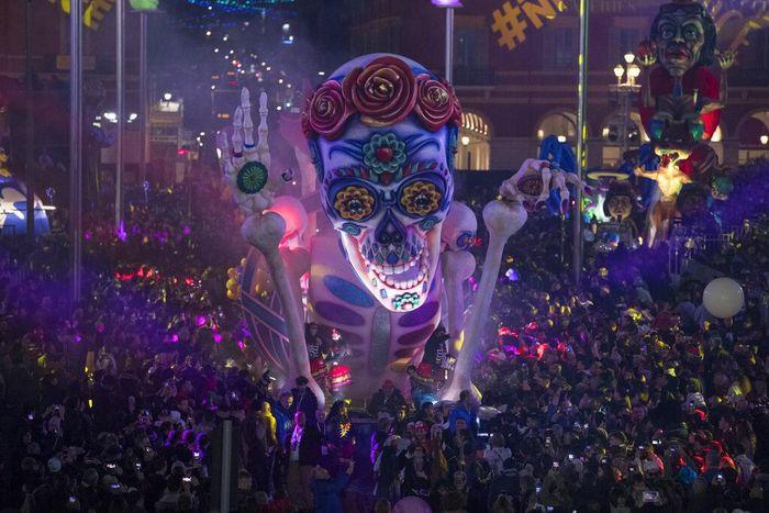 Karnaval Nice kembali digelar di Prancis. Parade patung raksasa dari para tokoh dunia menarik perhatian para pengunjung yang datang ke karnaval tersebut.