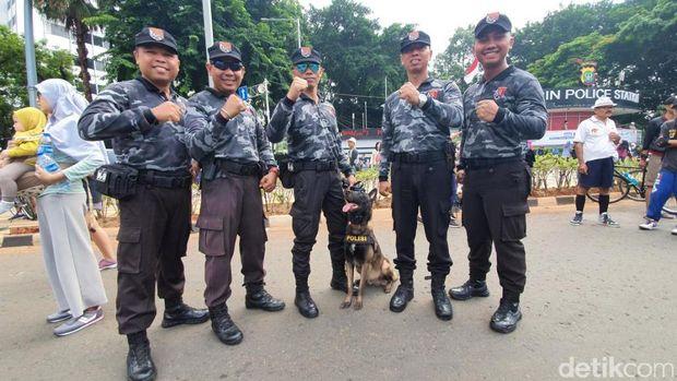Polisi bersama anjing pelacak di kawasan CFD Jakarta.