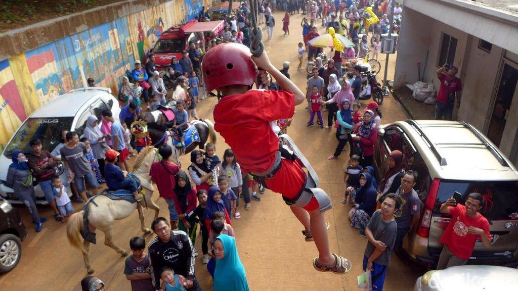 Melihat Serunya Anak-anak Berlatih Flying Fox Bareng Petugas Damkar