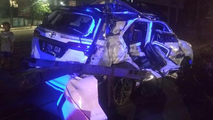 Mobil ditabrak kereta di Jakarta Pusat. Empat orang dirawat di rumah sakit.