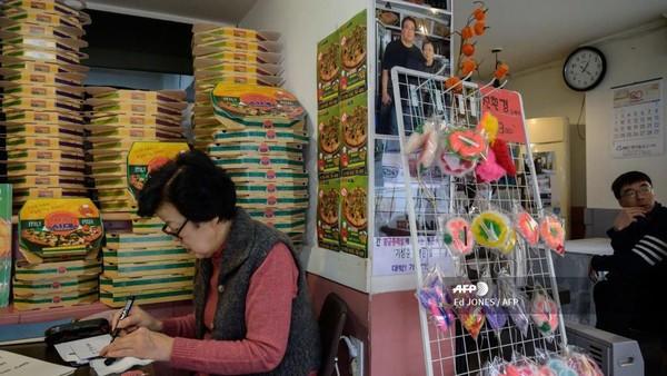 Kedai pizza Age, eh Sky Pizza, itu menjadi tempat kerja keluarga Kim Ki-jeong dengan melipat kotak pizza. masih ingat, kan? (ED JONES/AFP)