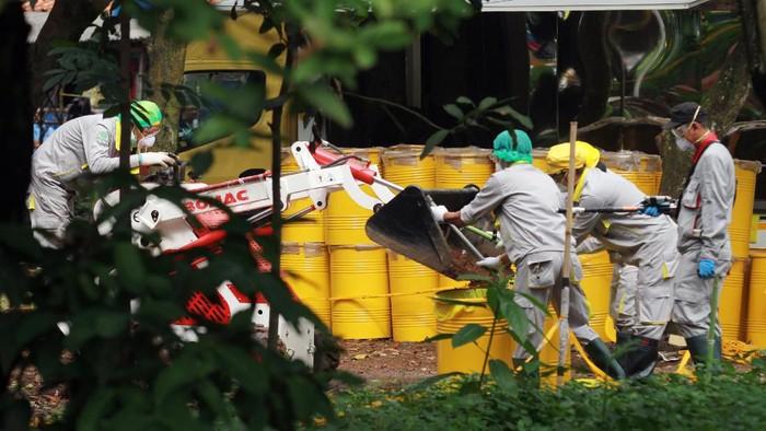 Petugas membersihkan sisa radioaktif di kawasan Batan Indah, Tangsel. Penyelidikan terkait adanya paparan radioaktif di kawasan itu masih terus dilakukan.