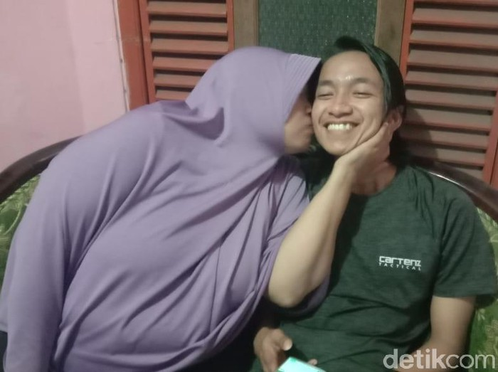 Apa yang dilakukan warga Dusun Pekulo, Desa Kepundungan, Kecamatan Srono patut diapresiasi. Mereka menyambut kepulangan seorang mahasiswa dari China dengan penuh kehangatan.