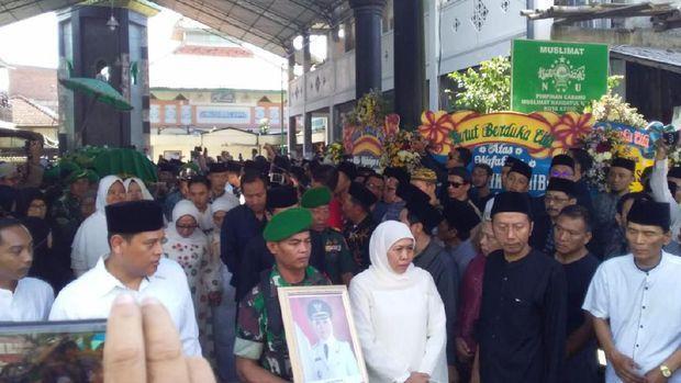 Ribuan orang saat pemakaman jenazah Wakil Wali Kota Kediri Lilik Muhibbah/