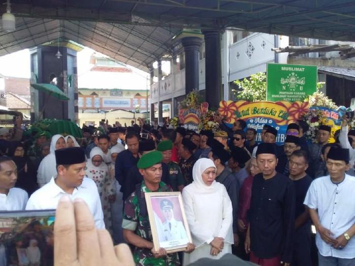 Jenazah Wakil Wali Kota Kediri Lilik Muhibbah dimakamkan sekitar pukul 09.15 WIB. Gubernur Jawa Timur Khofifah Indar Parawansa turut mengantarkan Lilik ke tempat peristirahatan terakhir.