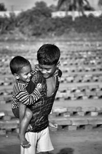 Foto tak hanya mampu merekam peristiwa maupun fenomena alam mempesona. Foto juga dapat mengabadikan momen-momen penuh kasih kepada sesama. Penasaran? Yuk, lihat