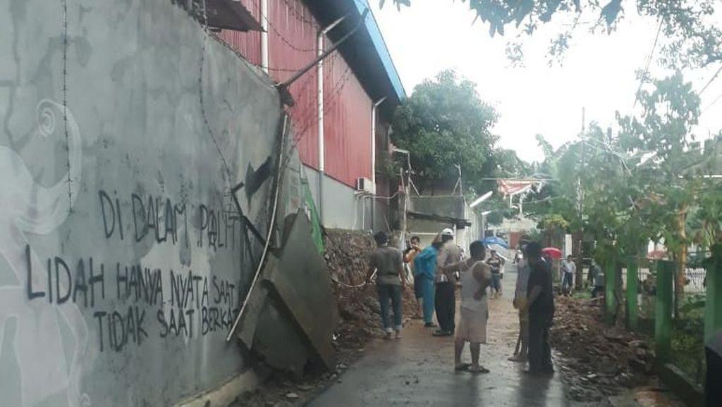 Diguyur Hujan Deras, Tembok Gudang di Depok Roboh Timpa 2 Orang