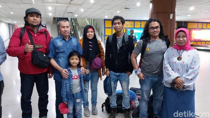 Gubernur Riau Syamsuar (kedua dari kiri) menyambut WNI yang selesai menjalani observasi di Natuna.
