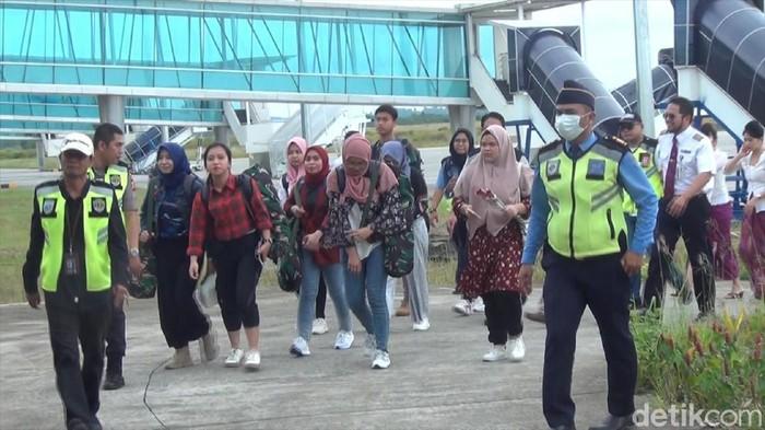Kepulangan 9 mahasiswa Samarinda dari obesevasi di Natuna (Suriyatman - detikcom)