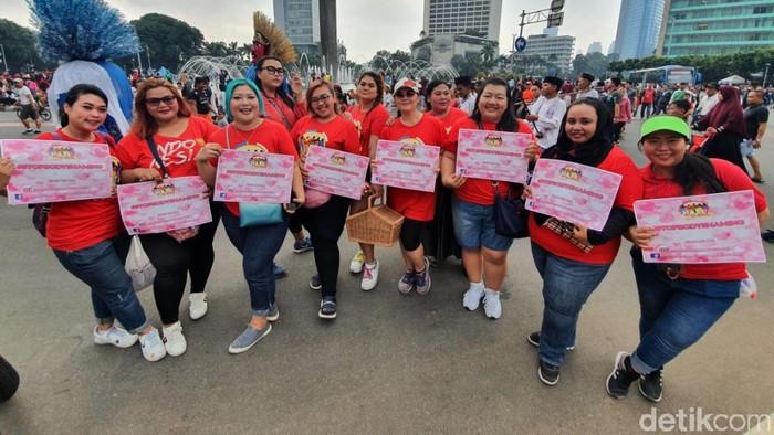 Komunitas Plus Size bagi-bagi coklat di kawasan CFD Jakarta sekaligus kampanye stop body shaming.