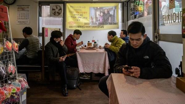 Penjualan sampai dua kali lipat. Kemarin, mesin pizzanya sampai macet karena kelebihan pesanan, kata Eom Hang-ki, pemilik Sky Pizza,(ED JONES/AFP)