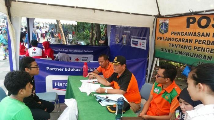 Posko sosialisasi, pengawasan, dan penindakan terhadap pelanggar buang sampah sembarangan di CFD Jakarta.