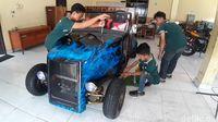 Mobil hotrod yang disulap dari motor rongsok.