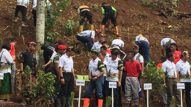 Hadiri Acara Nyepi, Anies Tanam Pohon Akar Wangi di Markas Kopassus
