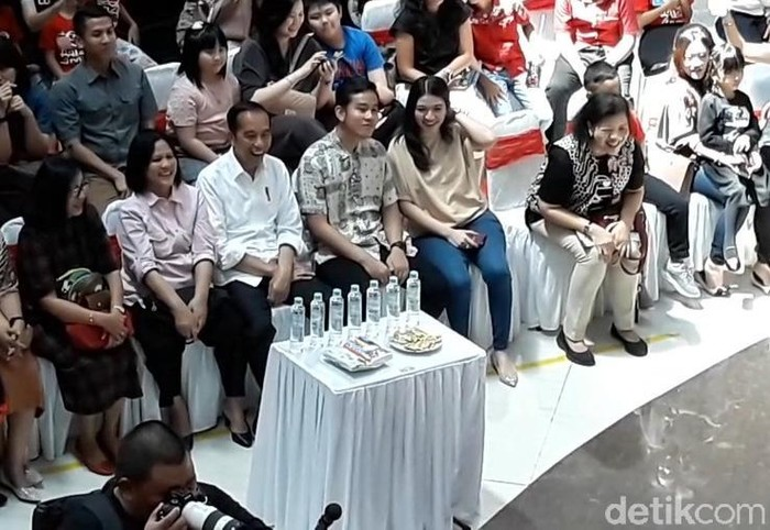 Jokowi mengunjungi salah satu mal di Solo untuk menonton cucunya, Jan Ethes Srinarendra, pentas di panggung musik. Gibran pun tampak hadir di acara itu.