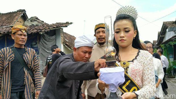 Cethik geni atau menyalakan api menjadi filosofi bagi Desa Gatak di Delanggu, Klaten, Jawa Tengah.