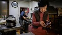 Ini pemilik kedai pizza Sky Pizza, Eom Hang-ki. Usianya sudah 65 tahun.(ED JONES/AFP)