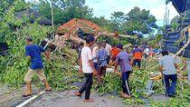 Pohon Tumbang Timpa Pura Kahyangan di Badung Bali, 1 Orang Luka